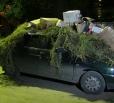 Автомобиль на ул. Набережная Леонова забросали мусором