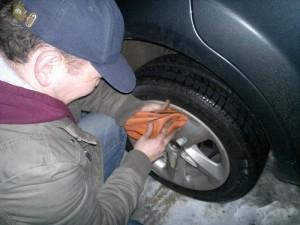 снимает колеса