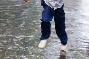 ребенок через дорогу бежит